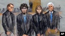 ທ້າວ Dzhokhar Tsarnaev, (ທີສອງ ຈາກຂ້າງຊ້າຍ) ຢືນຢູ່ກັບພວກທະນາຍຄວາມຂອງລາວໃນສານ ເວລາຄະນະຕຸລາການຕັດສິນ ວັນທີ 8 ເມສາ 2015.