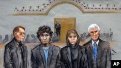 Sketsa sidang pengadilan Dzhokhar Tsarnaev (kedua dari kiri) yang digambarkan berdiri bersama tim kuasa hukumnya William Fick (kiri), Judy Clarke (kedua dari kanan) & David Bruck (kanan) - sewaktu juri menyampaikan putusan 8 April 2015.