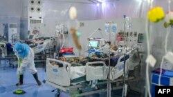 ရန္ကုန္ ဧရာဝတီကုိဗစ္စင္တာမွာ ကိုဗစ္လူနာေတြကို ထားရွိကုသေပးေနတဲ့ျမင္ကြင္း။ (ဇန္နဝါရီ ၁၊ ၂၀၂၁)