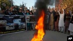 Estudiantes paquistaníes salen a las calles para condenar el atentado en un mercado al aire libre en Orakzai que mató a por lo menos 35 personas.