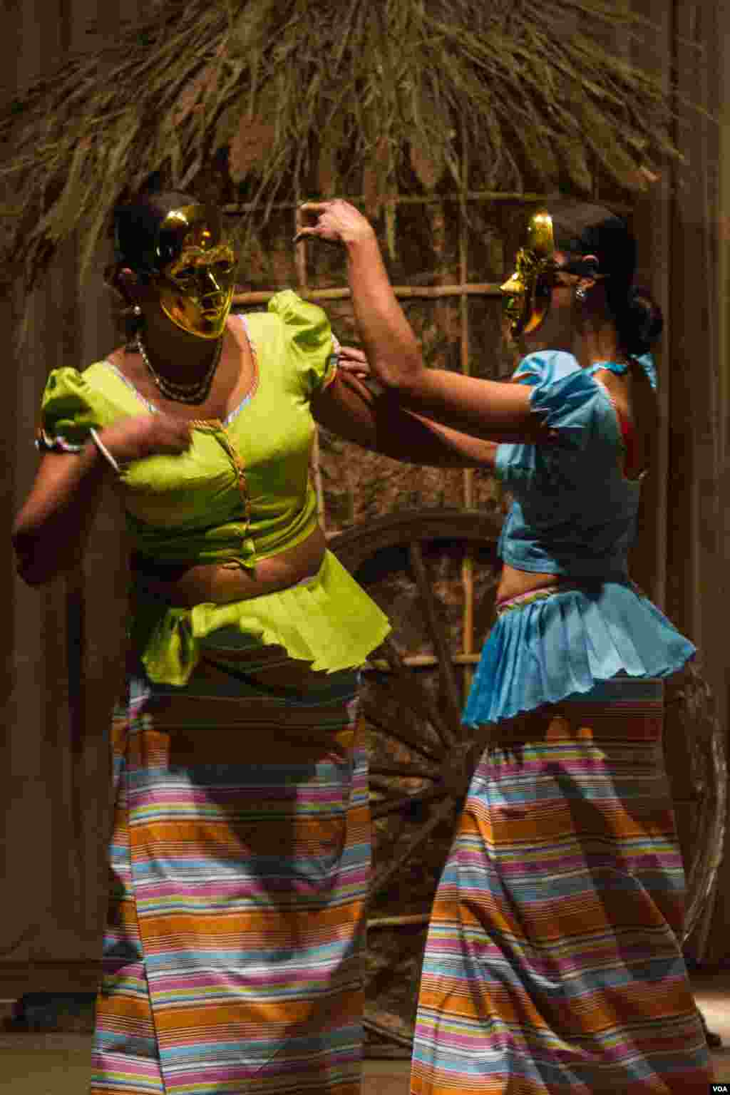 Two women perform roles in a Sri Lankan play depicting the troubles and dangers of migrating to a new country. (John Owens/VOA)