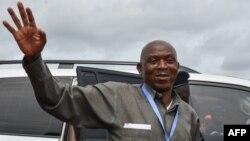 Le chef de l'opposition burundaise, Agathon Rwasa, arrive, lors du référendum, à un bureau de vote à Ciri, dans le nord du Burundi, le 17 mai 2018.