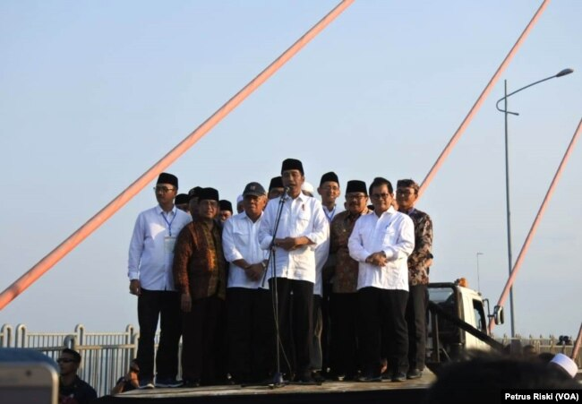 Presiden Joko Widodo meresmikan penghapusan tarif tol Jembatan Suramadu, Surabaya, 27 Oktober 2018. (Foto: Petrus Riski/VOA)