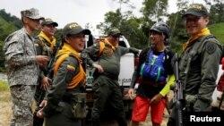 Exrebelde de las FARC, guía e instructor de rafting, habla con miembros de la policía y el ejército en Miravalle, Colombia. Foto de archivo.