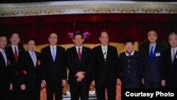 台湾海基会董事长林中森(右四)与海协会会长陈德铭(左五)率领的经贸交流团合影。(台湾海基会)