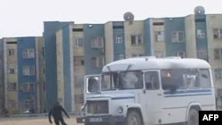 Namoyishchi militsiyadan qochishga urinmoqda, Zanaozen, 16-dekabr, 2011