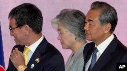 资料照:(左起)日本外务大臣河野太郎、韩国外长康京和中国外长王毅在泰国曼谷出席东盟会议。(2019年8月2日)