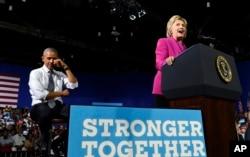 ປະທານາທິບໍດີ Barack Obama ທຳທ່າເສັດນໍ້າຕາ ໃນຂະນະທີ່ຜູ້ສະໝັກປະທານາທິບໍດີ ທ່ານນາງ Hillary Clinton ກ່າວເຖິງການຮຽນຈົບຂອງ ນາງ Malia Obama.
