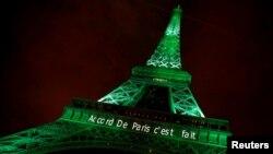 """Hình ảnh dòng chữ """"Thỏa thuận Paris đã xong"""" được chiếu lên tháp Eiffel."""