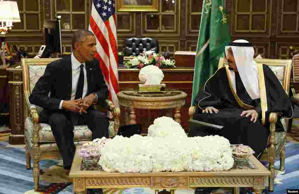 امریکی صدر براک اوباما اور سعودی عرب کے نئے بادشاہ سلمان بن عبدالعزیز آپس میں تبادلہ خیال کر رہے ہیں۔