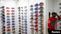 Dans un magasin de basket à Soweto, en Afrique du sud, le 30 janvier 2015.