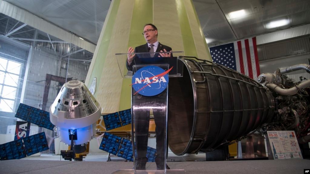 En esta imagen publicada por la NASA, el administrador interino de la agencia espacial estadounidense, Robert Lightfoot, analiza la propuesta de presupuesto del año fiscal 2019 durante un discurso el lunes 12 de febrero de 2018.Marshall Space Flight Center in Huntsville, Alabama.