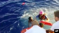 意大利海岸警卫队10月3日在兰佩杜萨岛附近救起一名沉船事件中的幸存者 (VOA视频截图)