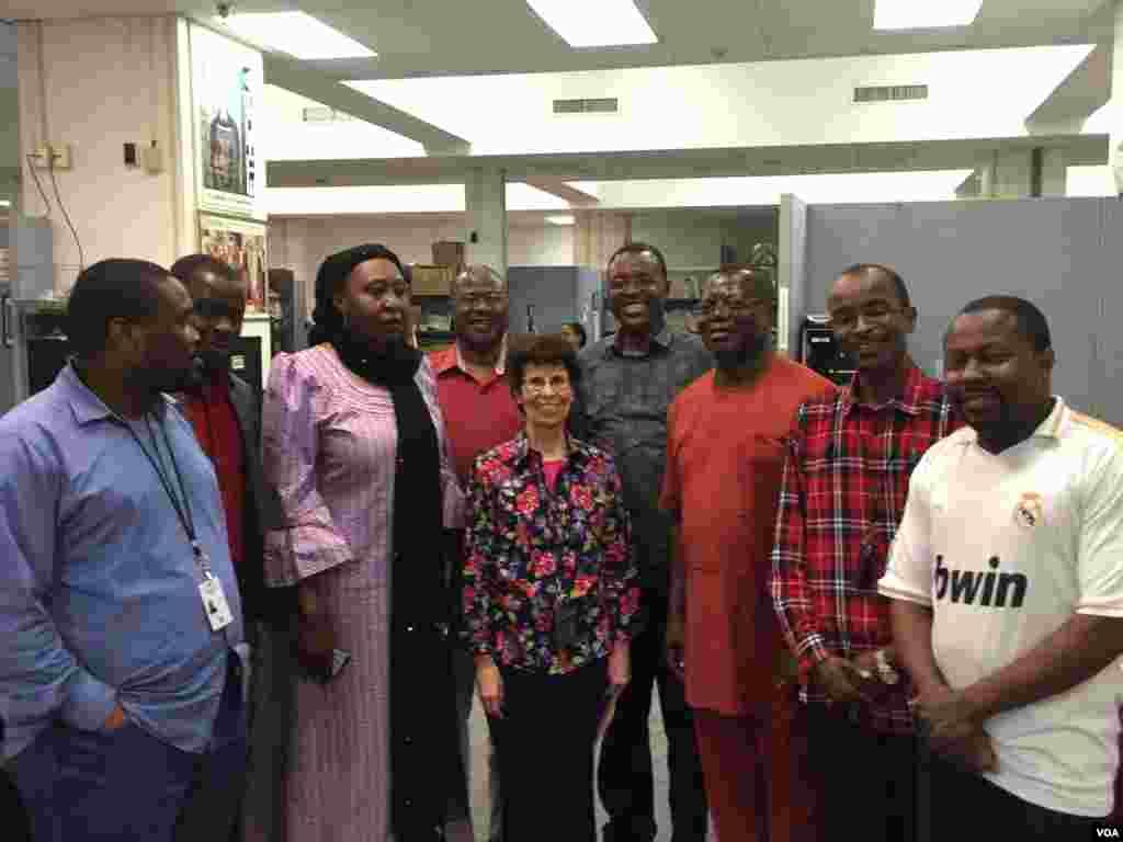 Shugabar Sashen Hausa ta biyu, Connie L. Stephens, da ma'aikatan Sashen Hausa Alhamis 30 Yuni, 2016
