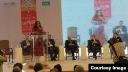 کراچی جشنِ ادب کی افتتاحی تقریب سے فیسٹول کی شریک بانی امینہ سید خطاب کر رہی ہیں