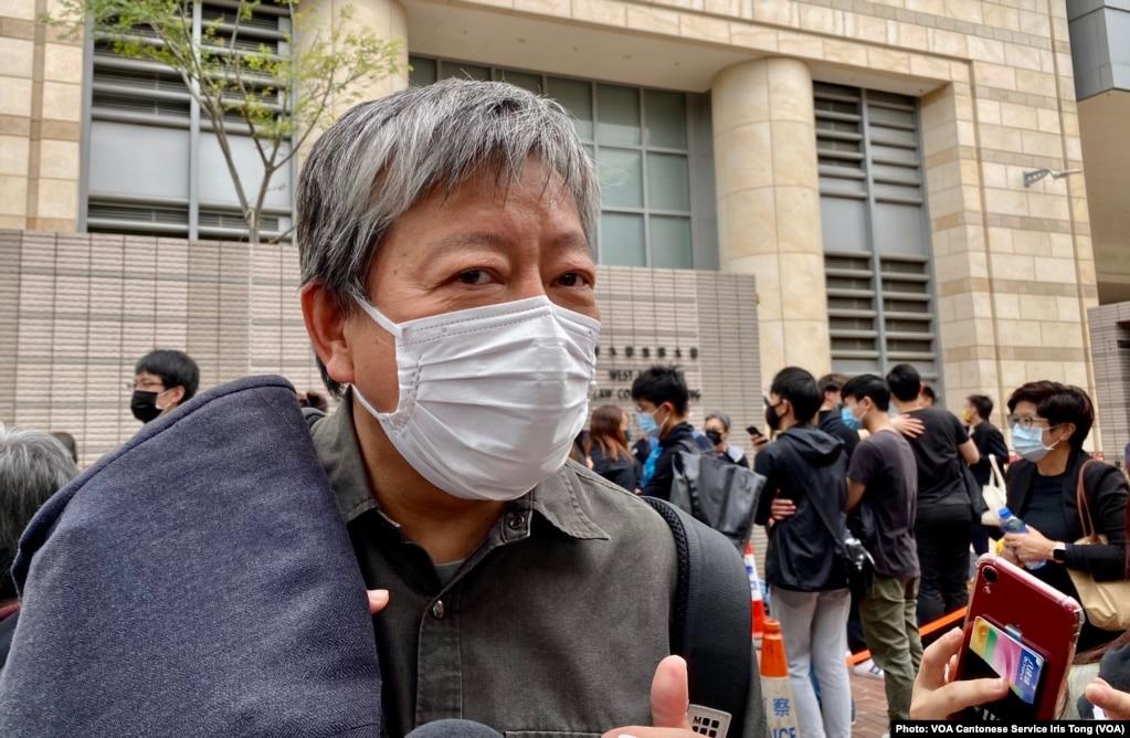 支联会主席李卓人表示,西九法院大楼外排队声援的人潮,反映国安法震慑下香港人心不死 (美国之音/汤惠芸)(photo:VOA)