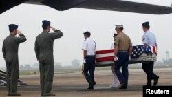 (Ảnh tư liệu) Phi công đứng chào trong lúc binh sĩ Mỹ khiêng quan tài chứa hài cốt được cho là của binh sĩ Mỹ tử trận trong chiến tranh Việt Nam tại một buổi lễ hồi hương ở sân bay Nội Bài, Hà Nội, tháng 11/2012.