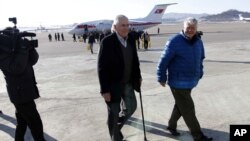 前美国驻韩国大使唐纳德·格雷格(中)一行抵达朝鲜首都平壤(2014年2月10日)