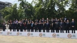 Foto oficial de los representantes de los países miembros de la Organización de Estados Americanos, excepto Uruguay, en la 49 Asamblea General del organismo en Medellín, Colombia, el 27 de junio de 2019.