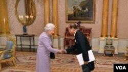 ເອກອັກຄະລັດຖະທູດ ໄຊຍະການ ສີສຸວົງ ສະເໜີສານຕາຕັ້ງ ວັນທີ 13 ພະຈິກ 2014 ຕໍ່ພະຣາຊີນີເອລິຊາເບັດ ທີ່ພະລາດຊະວັງ Buckingham ສະຫະລາດຊະອານາຈັກອັງກິດ.