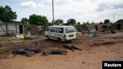 Thi hài của những thường dân bị thiệt mạng trong các vụ tấn công trên một con đường ở Bentiu, Nam Sudan, 20/4/14