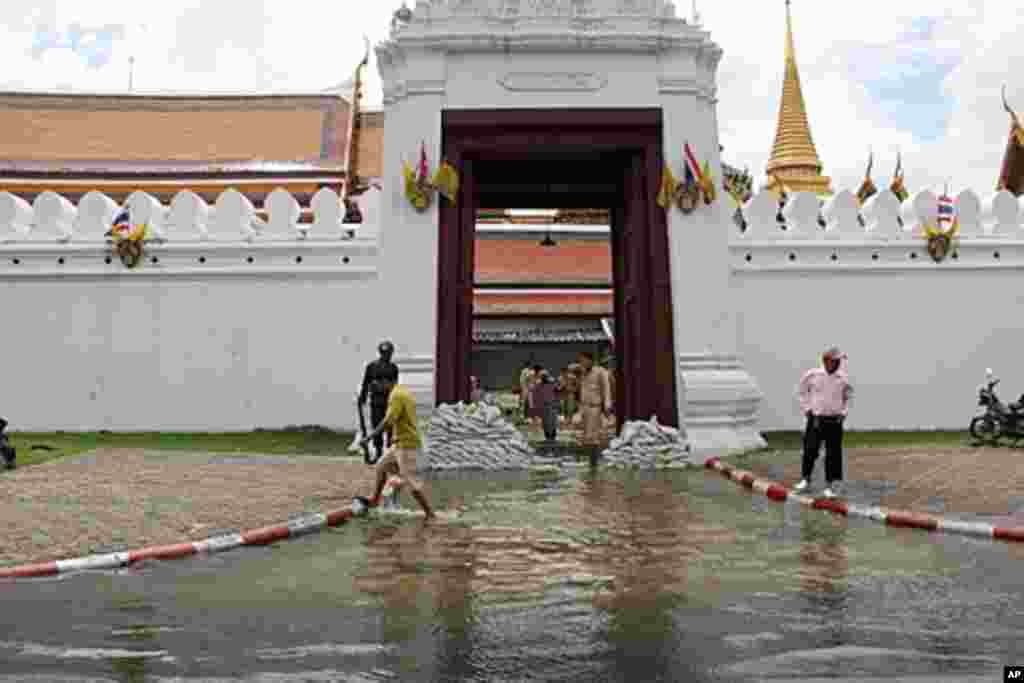 Wat Phra Kaew, the complex of temples is a popular tourist attraction. Military personnel set up flood barriers and pumps to drain water from the flooded entrance during high tide, Bangkok, Thailand, October 28, 2011. (VOA)
