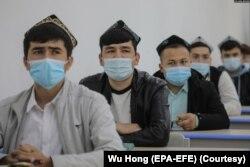中國政府組織外國記者參觀新疆烏魯木齊伊斯蘭學校裡的少數民族學生上課。(2021年4月22日)
