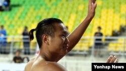 8일 수원 월드컵경기장에서 열린 프로축구 수원 삼성 블루윙즈와 전남 드래곤즈의 경기에서 정대세 선수가 홈경기 고별전을 승리로 마무리한 뒤 팬들에게 인사하고 있다.