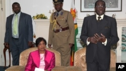 UN High Commissioner for Human Rights Navi Pillay with President Robert Mugabe. (File Photo/AP/Tsvangirayi Mukwazhi)