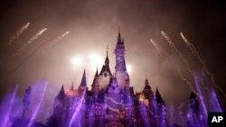 上海迪士尼乐园城堡在对外开放前试放烟火(2016年5月31号)