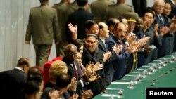 김정은 북한 국무위원장이 지난해 9월 9일 평양 김일성 광장에서 열린 북한 정권수립일 70주년 집단체조 공연에서 부인 리설주와 함께 참석해 손을 흔들고 있다.