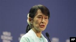 ຜູ້ນໍາຝ່າຍຄ້ານຂອງມຽນມາ ທ່ານນາງ Aung San Suu Kyi ຖະແຫລງຕໍ່ກອງປະຊຸມ ເວທີເສດຖະກິດໂລກ ກ່ຽວກັບເອເຊຍຕາເວນອອກ ທີ່ບາງກອກ, ປະເທດໄທ, ວັນສຸກ ທີ 1 ເດືອນມີຖຸນາ 2012.