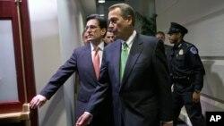 Lãnh đạo khối Cộng hòa đa số tại Hạ viện Eric Cantor (trái) cuùngvới Chủ tịch Hạ viện John Boehner đến dự họp tại trụ sở Quốc hội, 1/1/13