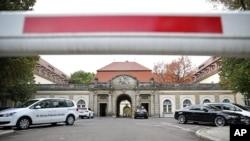 Sebuah penghalang menutupi jalanan masuk ke rumah sakit St.Georg di Lepizig, Jerman, menyusul tewasnya seorang pekerja kesehatan PBB yang dirawat akibat terjangkit Ebola (14/10)