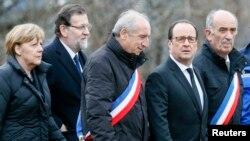 Kanselir Jerman Angela Merkel (kiri) , PM Spanyol Mariano Rajoy (kedua dari kiri) dan Presiden Perancis Francois Hollande (kedua dari kanan) mengunjungi lokasi kecelakaan pesawat di pegunungan Alpen di Le Vernet, Rabu (25/3).