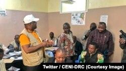 Le président de la CENI Corneille Nangaa, debout au milieu, fait le tour des bureaux de réception et de traitement des candidatures à Kinshasa, RDC, 8 juillet 2018. (Twitter/ CENI-RDC)