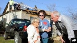 Thống đốc bang Illinois Pat Quinn nói chuyện với bà Edith Raynes trước căn nhà bị hư hại vì bão của bà