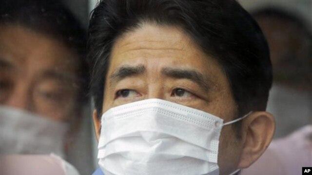 방호 마스크를 착용하고 후쿠시마 원전을 둘러보는 일본의 아베 총리
