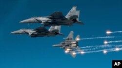 So'nggi besh yilda Osiyo davlatlari xorijdan asosan qiruvchi samolyotlar sotib olgan. Suratda AQSh havo kuchlariga qarashli F-15 jangovar samolyotlari aks etgan.
