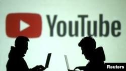 Siluet pengguna perangkat seluler terlihat di sebelah proyeksi layar logo Youtube pada ilustrasi gambar ini yang diambil 28 Maret 2018. (Foto: Reuters/Dado Ruvic)