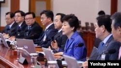박근혜 한국 대통령이 31일 청와대에서 열린 국무회의에서 현안에 대해 발언하고 있다.