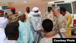 Jendral Thomas Waldhauser, Kepala Komando AS di Afrika, dalam kunjungan ke pangkalan udara Niger. (Foto: Dok)