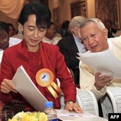 Demokratik kuchlar yetakchisi Aung San Su Chiy xonim Rangunda hukumat a'zolari bilan, 7-noyabr 2011
