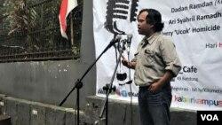 Ketua Walhi Jabar, Dadan Ramdan mengemukakan 12 kasus lingkungan dalam orasi memperingati hari HAM di Bandung, Senin (10/12/2018) siang. (Foto: Rio Tuasikal/VOA)