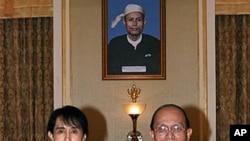 ຜູ້ນຳປະຊາທິປະໄຕມຽນມາ ທ່ານນາງອອງຊານຊູຈີ (ຊ້າຍ) ແລະປະ ທານາທິບໍດີ Thein Sein ຖ່າຍຮູບຮ່ວມກັນ ກ່ອນການພົບປະທີ່ທຳ ນຽບປະທານາທິບໍດີ ໃນນະຄອນຫຼວງເນປີດໍ (19 ສິງຫາ 2011)