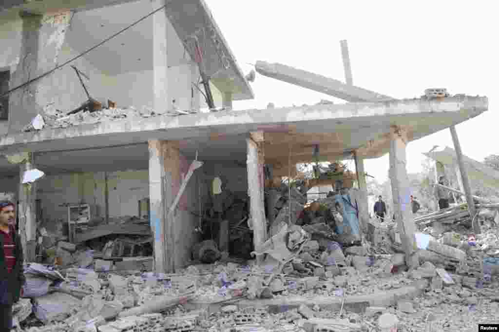 9일 차량 폭탄 테러가 발생한 시리아 알-카파트 시의 주택가 건물이 무너졌다.