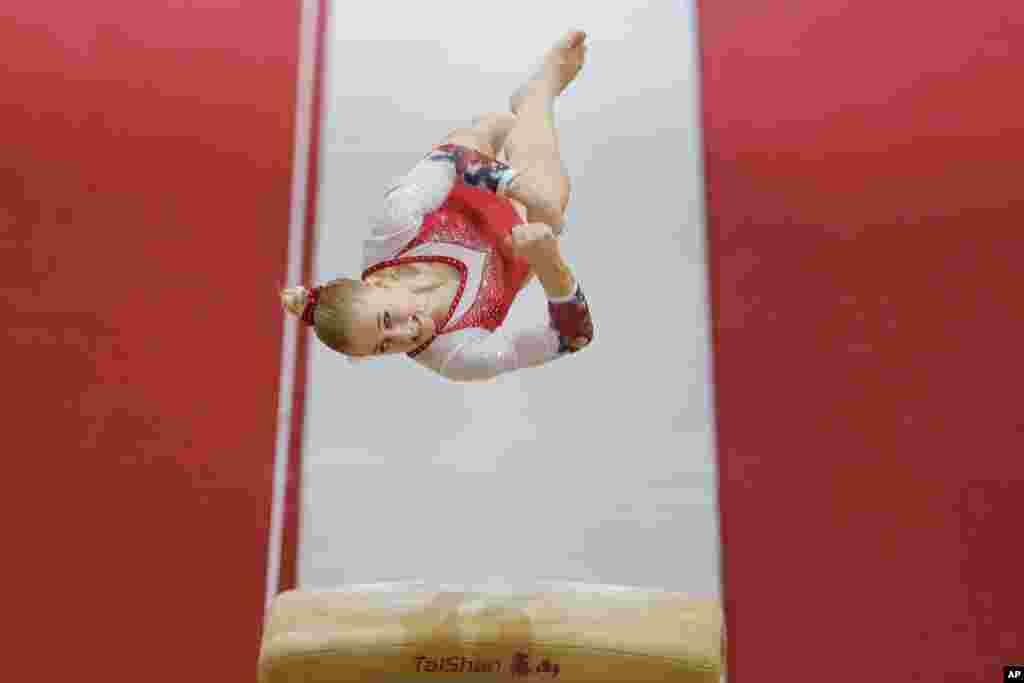 កីឡាការនី Liliia Akhaimova មកពីរុស្ស៊ីលោតក្នុងពេលប្រកួតជម្រុះសម្រាប់ពានរង្វាន់ Gymnastics World Chamionships នៅសាលា Aspire Dome ក្រុង Doha ប្រទេសកាតា។