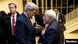 Menteri Luar Negeri AS John Kerry dan Menteri Luar Negeri Iran Javad Zarif berbincang di sela-sela pertemuan soal nuklir di Wina, Januari 2016. (Reuters/Kevin Lamarque)