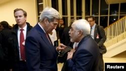 Джон Керрі розмовляє з Мохаммадом Джавадом Заріфом у Відні, після того, як МАГАТЕ підтвердило, що Іран виконав всі умови ядерної угоди. 16 січня 2016.