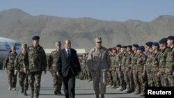 Bộ trưởng Quốc phòng Pháp Jean-Yves Le Drian (giữa) duyệt binh để vinh danh các binh sĩ Pháp thiệt mạng, tại sân bay ở Kabul, 10/6/2012